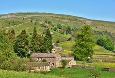 Granges en pierre dans la campagne anglaise images libres de droits