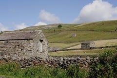 Granges en pierre dans les vallées Images stock