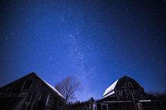 Granges rurales la nuit avec des étoiles en hiver image libre de droits
