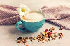 Grani con caffè matto e fragrante con latte Fotografia Stock