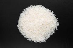 Grani del riso su un fondo nero Fotografia Stock