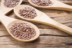 Grani del seme di lino sulla tavola Fotografia Stock