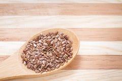 Grani del seme di lino sulla tavola Immagini Stock