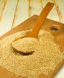 Grani della quinoa su un primo piano del bordo di legno immagini stock libere da diritti