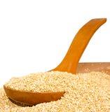 Grani della quinoa su una fine del bordo di legno su fotografia stock libera da diritti