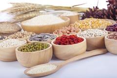 Grani di cereali, semi, fagioli su fondo di legno Fotografie Stock Libere da Diritti