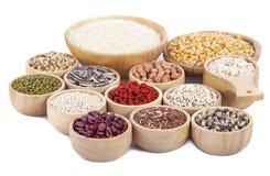 Grani di cereali, semi, fagioli su fondo di legno Fotografia Stock Libera da Diritti