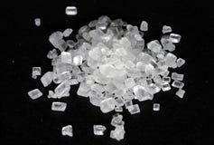 Grani di cristallo dello zucchero su fondo nero Macro vista fotografia stock libera da diritti