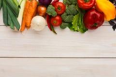 Granica świezi warzywa na drewnianym tle z kopii przestrzenią Obraz Royalty Free