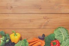 Granica świezi warzywa na drewnianym tle z kopii przestrzenią Obraz Stock
