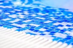 Granica salowy basen z mozaiką błękitne i biel płytki Fotografia Royalty Free