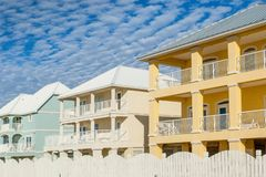 Graniczących z oceanem stubarwni urlopowi domy zdjęcia stock