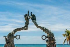 Graniczący z oceanem Brązowa statua przy playa del carmen, Meksyk Obrazy Royalty Free