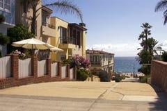 Graniczący z oceanem plażowi grodzcy domy Obrazy Royalty Free