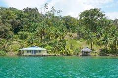 Graniczący z oceanem własność z domem w Ameryka Środkowa zdjęcie royalty free