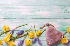 Graniczy od kwiatów i dekoracyjnego serca na turkusowym drewnianym pl Zdjęcia Stock