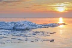 Granie na zamarzniętym morzu bałtyckim w dramatycznym zmierzchu w wintertime zdjęcie royalty free