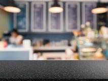 Graniet tegenbovenkant met de achtergrond van de bakkerijwinkel stock foto's
