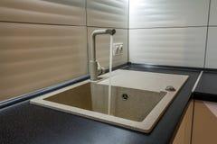 Granietgootsteen en watertapkraan in nieuw modern keukenbinnenland Royalty-vrije Stock Afbeeldingen