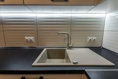 Granietgootsteen en watertapkraan in nieuw modern keukenbinnenland Royalty-vrije Stock Fotografie