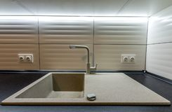 Granietgootsteen en watertapkraan in nieuw modern keukenbinnenland Royalty-vrije Stock Afbeelding