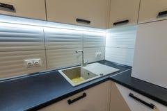 Granietgootsteen en watertapkraan in nieuw modern keukenbinnenland Royalty-vrije Stock Foto's
