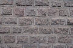 Granietmuur van blokken met rustication wordt gemaakt die stock foto