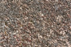 Granietoppervlakte met mos wordt overwoekerd dat Stock Foto's