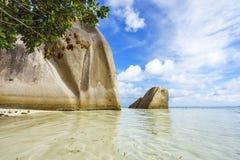 Granietrotsen bij strand, anse argent bron D `, La digue, Seychellen stock afbeeldingen
