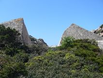 Granietrotsen met mediterrane vegetatie, Maan` s Vallei, Capo Testa, Santa Teresa Gallura, Italië royalty-vrije stock afbeelding
