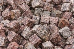Granietstenen in een hoop worden opgestapeld die Stock Afbeeldingen