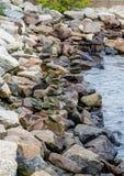 Granit-Felsen für Uferdamm Stockfotos