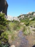 Granit kołysa z śródziemnomorską roślinnością, księżyc doliny, Valle della Luna, Capo Testa, Santa Teresa Gallura, ItalyGranite s Zdjęcia Royalty Free