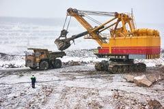 Granit ou minerai de chargement d'excavatrice dans le camion à benne basculante à ciel ouvert image stock