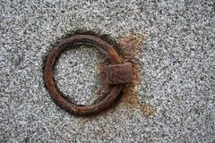 Granit powierzchnia z ośniedziałym metalu pierścionkiem Obrazy Royalty Free