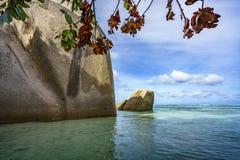 Granit vaggar i vattnet på Seychellernaen Arkivfoto