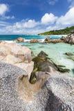Granit vaggar landskapet, La Digue, Seychellerna Arkivfoto