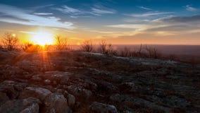 Granit vaggar på hög poängdelstatsparken i sen höstsolnedgång Royaltyfria Bilder