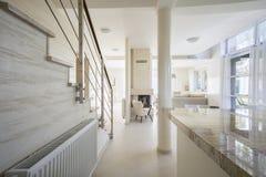 Granit-worktop im hellen Innenraum Stockfoto