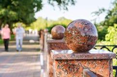 Granitbälle des Stadtzauns, selektiver Fokus Stockbilder