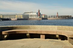 Granitbänk vid floden Royaltyfri Bild