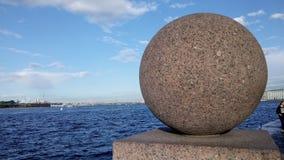 Granitball auf dem Damm stockfoto