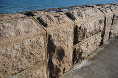 Granitblöcke auf dem Pier Lizenzfreie Stockfotos