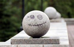 Granitboll med målat på den med ett leende Royaltyfria Bilder