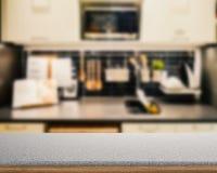 Granitcountertop med kökbakgrund arkivbilder