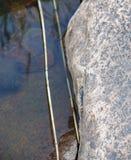 Granitfelsen durch See Lizenzfreie Stockfotos