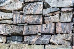 Granitfelsen von den alten Steinen rot und von grauen Schatten, Naturwand lizenzfreie stockbilder