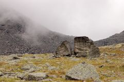 Granitflussstein an der Basis des Vulkans Vulkane von Kamchatka faszinieren stockfotos
