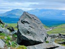 Granitflussstein an der Basis des Vulkans Vulkane von Kamchatka faszinieren Ihre Rätselhaftigkeit zieht viele Touristen an stockbild