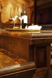 Granitgegenoberseiten und hölzerne Küchemöbel. Stockbilder
